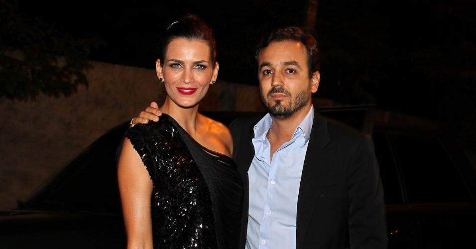 A modelo Fernanda Motta e o marido Roger Rodrigues prestigiam a ex-modelo e jornalista Luciana Cardoso, mulher do apresentador Faustão, em sua festa de 35 anos (1/7/12)
