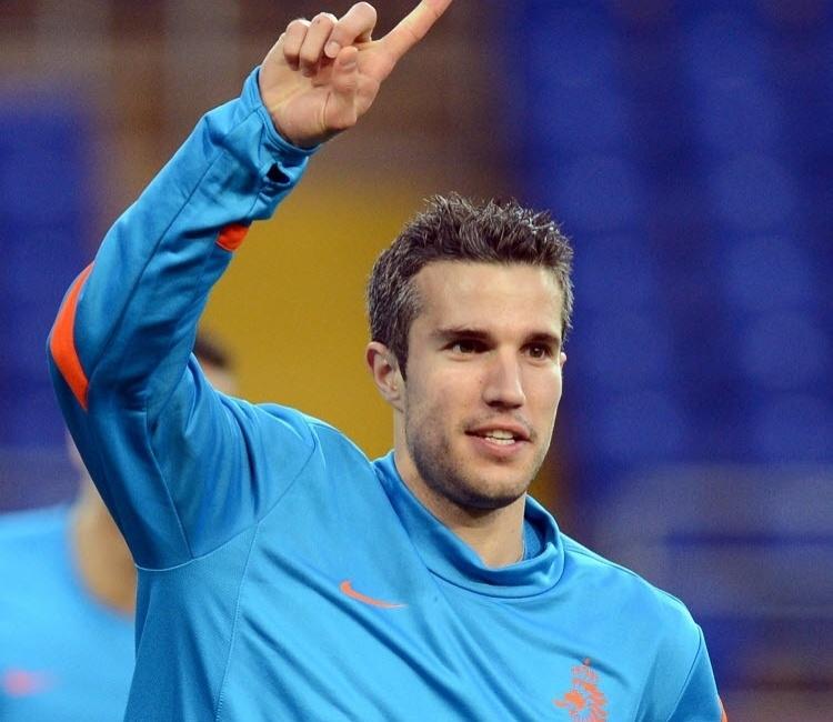 Apontada como uma das favoritas ao título, a Holanda caiu ainda na primeira fase da competição. Porém, nem mesmo o fracasso na Euro-2012 foi suficiente para deixar Van Persie fora da nossa lista de gatos