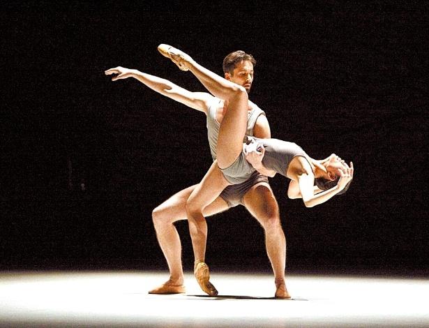 """Bailarinos reproduzem passos do diretor artístico Jean-Christophe Maillot, em trecho do espetáculo de balet """"Dov""""e la Luna"""", em 2010 - Gregory Batardon/Divulgação"""