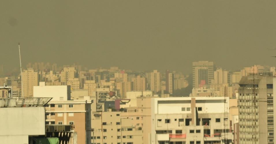 Camada de poluição cobre o centro de São Paulo nesta segunda-feira (2). Devido ao tempo seco, a poluição demora mais para se dissipar na atmosfera