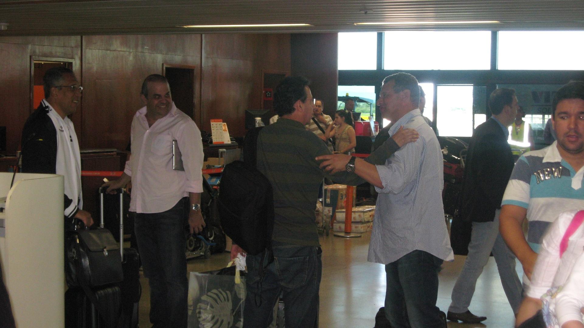 Celso Roth voltou de Porto Alegre no mesmo avião que a delegação atleticana (2/7/2012)