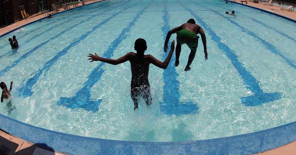 Crianças pulam na piscina Banneker para se refrescar do calor que afeta a capital norte-americana, Washington, nesta segunda-feira (2)