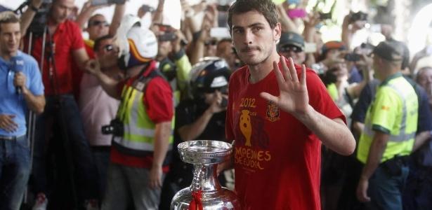 Já em Madri, Iker Casillas, goleiro e capitão da Espanha, segura a Taça de campeão da Eurocopa 2012