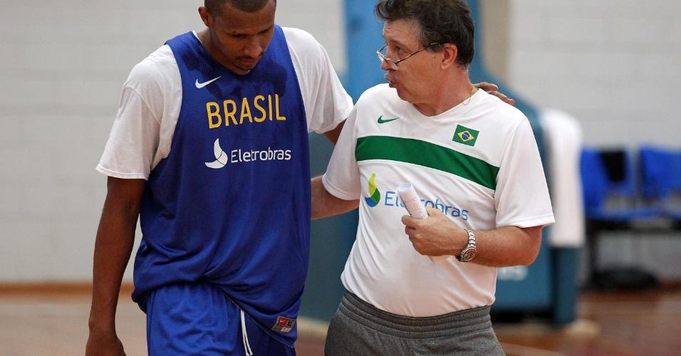 Leandrinho conversa com o técnico Rubén Magnano durante a preparação olímpica da seleção