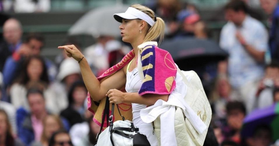 Maria Sharapova caminha durante paralisação da partida contra Lisicki pela chuva