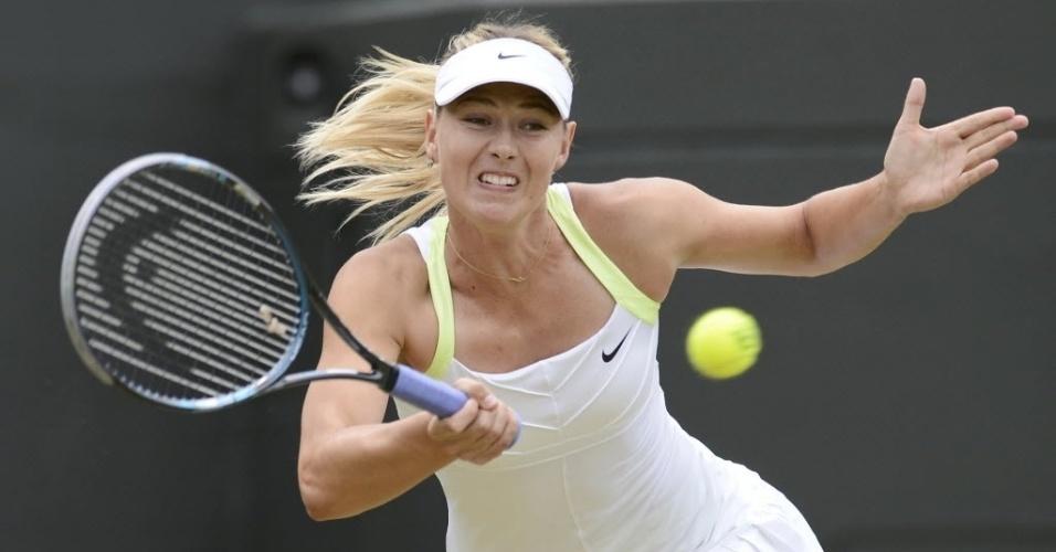 Maria Sharapova tenta o lance contra Sabine Lisicki pelas oitavas de final em Wimbledon