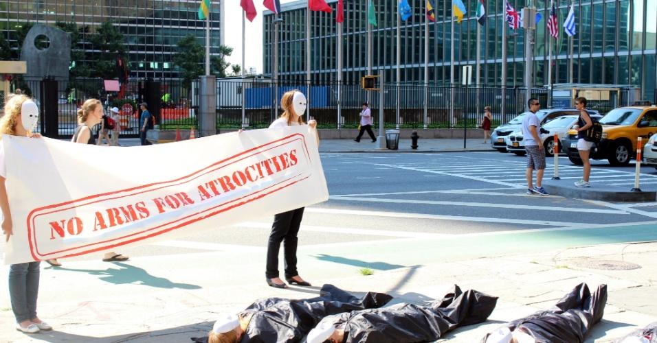 Membros da Coalizão para o Controle das Armas realizaram uma manifestação nesta segunda-feira (2) em frente à sede da ONU (Organização das Nações Unidas), em Nova York, para pedir que nas negociações do novo Tratado Sobre o Comércio de Armas (TCA) se inclua o respeito aos direitos humanos e à legislação humanitária internacional