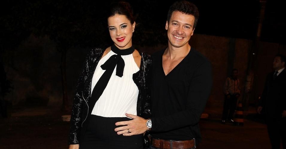 O apresentar Rodrigo Faro acarícia a barriga da mulher Vera Viel, que está esperando a terceira filha do casal (1/7/12)