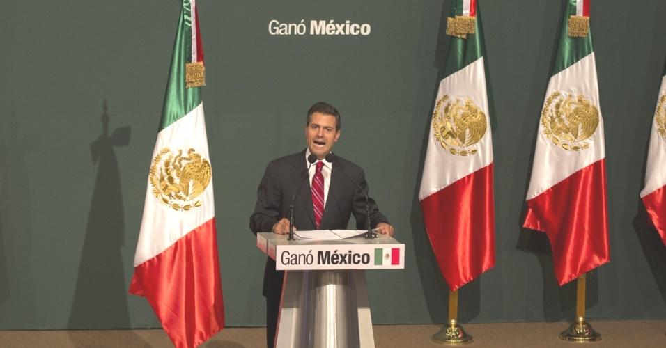 O candidato à presidência mexicana pelo Partido Revolucionário Institucional (PRI), Enrique Peña Nieto, discursa na Cidade do México após receber o primeiro resultado oficial das eleições, que o consagra como novo presidente mexicano