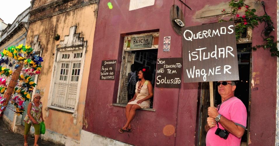 O governador da Bahia, Jaques Wagner (PT), foi alvo de um protesto de professores e estudantes durante as comemorações do 2 de Julho, Dia da Independência do Estado, hoje, em Salvador.