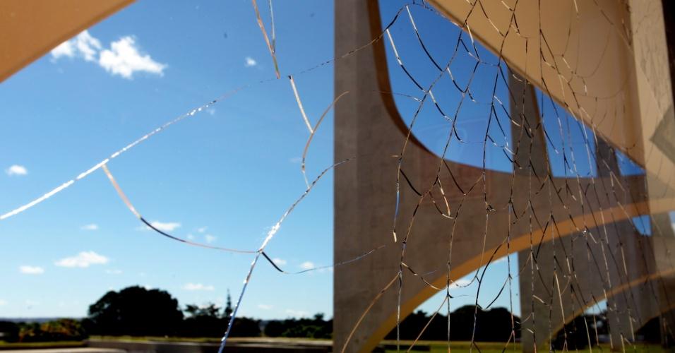 O voo rasante dos caças da Força Aérea Brasileira (FAB) sobre a Praça dos Três Poderes, nesse domingo (1º), causou estragos na vidraça do prédio do Supremo Tribunal Federal (STF). No Palácio do Planalto (foto), foram 28 os vidros danificados na ação