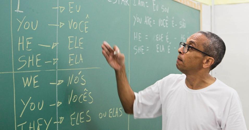 Venilton em sala de aula do pavilhão educacional da Penitenciária 1 de Serra Azul