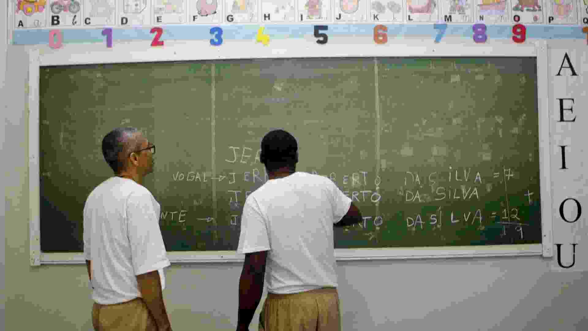 Venilton e outro preso em sala de aula do pavilhão educacional da Penitenciária 1 de Serra Azul - Fernando Donasci/UOL