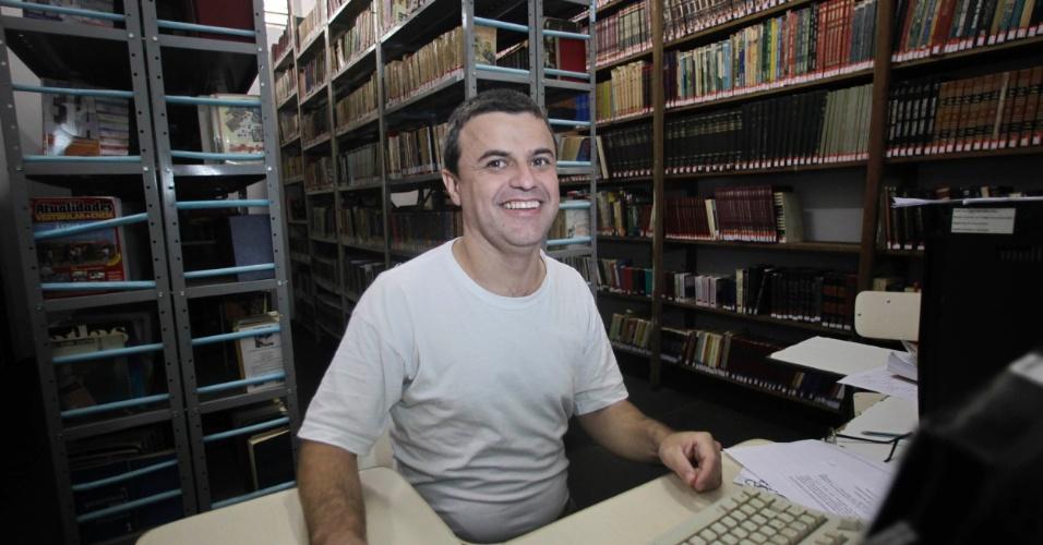 Antonio Marcos de Freitas na biblioteca da Penitenciária I de Serra Azul, onde trabalha como monitor