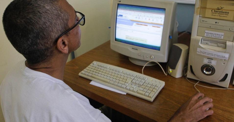 Venilton na sala de EAD da Penitenciária 1 de Serra Azul