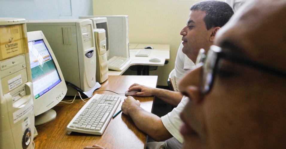 Venilton e Antônio Marcos na sala de EAD da Penitenciária 1 de Serra Azul