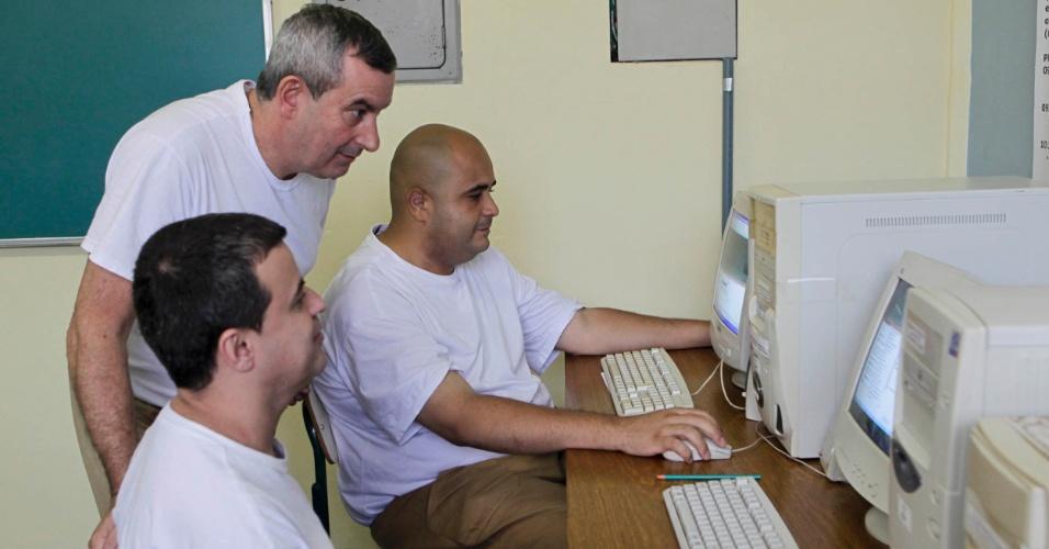 Da esquerda para a direita, Antônio Marcos, Benedito e Matheus na sala de EAD da Penitenciária 1 de Serra Azul