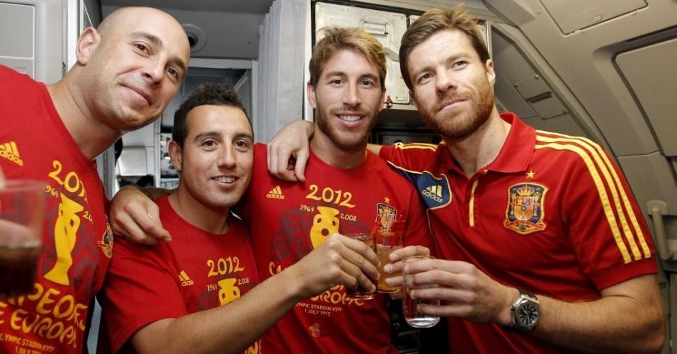 Pepe Reina, Cazorla, Sergio Ramos e Xabi Alonso comemoram o título da Eurocopa no avião