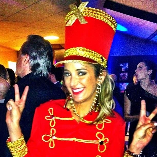 Ticiane Pinheiro se fantasia de paquita em festa 91/7/2012)