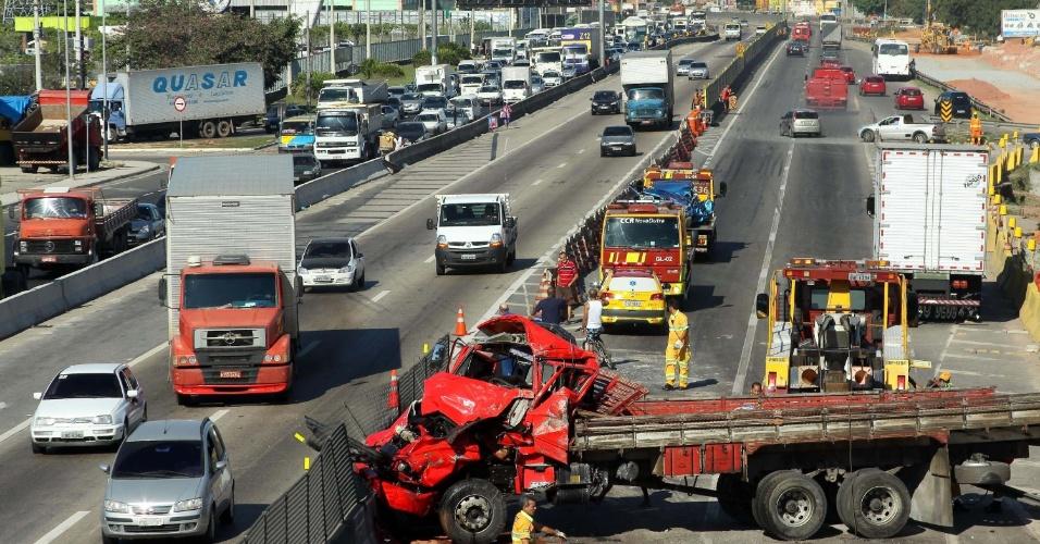Um caminhão e um carro se envolveram em um acidente na rodovia Presidente Dutra, no Rio de Janeiro, nesta segunda-feira (2). Não há informações sobre possíveis feridos