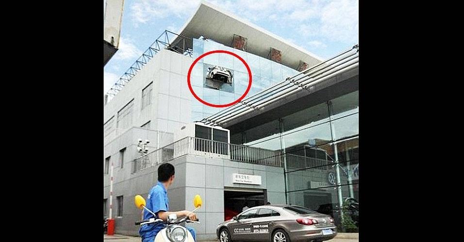 3.jul.2012 - Chinês Lin Hu quase provocou uma tragédia: foi fazer um test-drive e conseguiu deixar o veículo pendurado na janela do andar, a cerca de 15,5 metros de altura