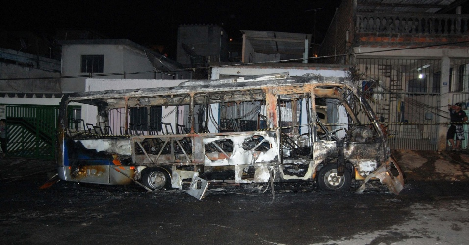 3.jul.2012 - Dois ônibus da Viação Transporte Jangada, utilizados no frete de funcionários de empresas, foram incendiados por volta das 3h desta terça (3) em frente à casa do proprietário dos veículos, no Jardim Fortaleza, em Guarulhos (Grande SP).