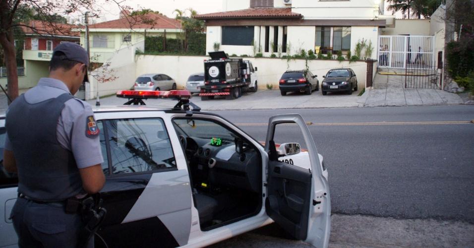 3.jul.2012 - Um policial militar morreu após ser baleado na avenida Arnolfo Azevedo, em Perdizes