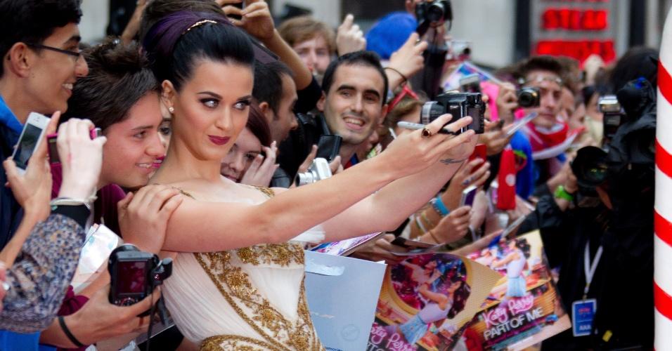 """A cantora Katy Perry se fotografa com fãs em Londres antes da estreia de seu filme """"Part of Me"""" (3/7/12)"""