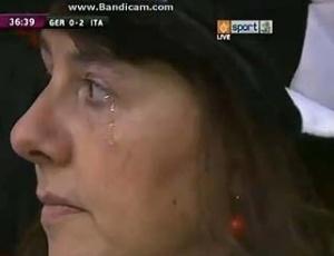 Alemã chora durante hino da seleção na Euro