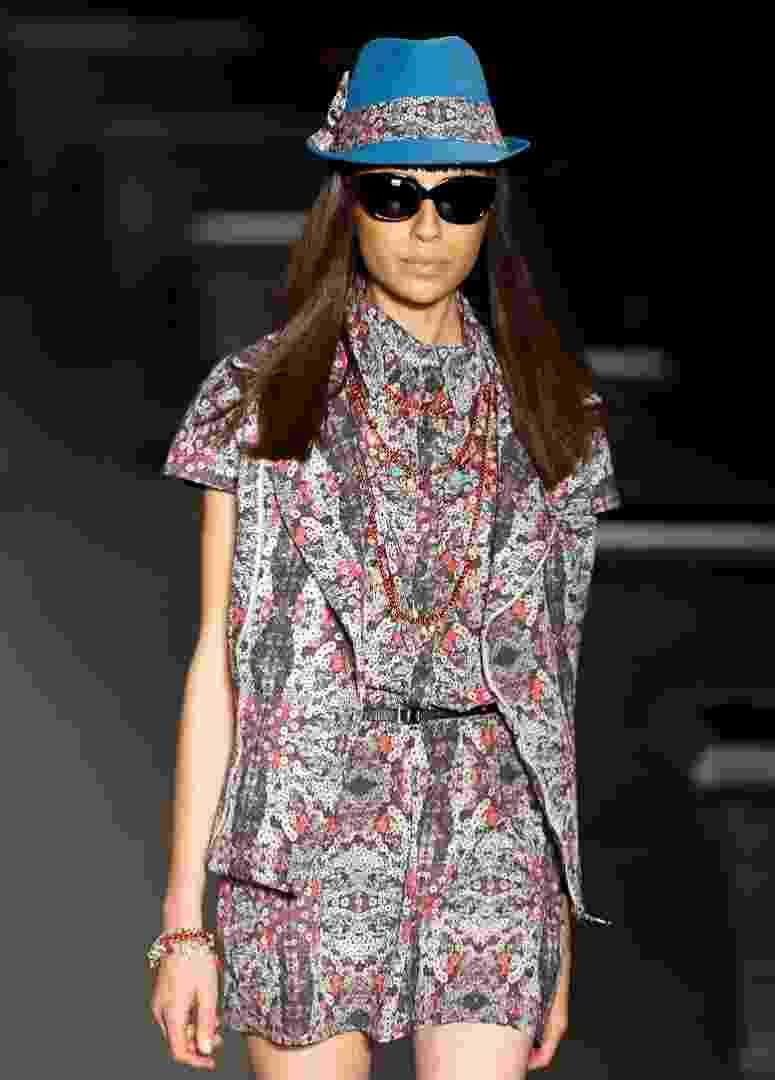 O mesmo desenho estampou todo o look da coleção da Alessa, desfilada no Fashion Rio, e apareceu até mesmo no lenço amarrado no chapéu - Alexandre Schneider/UOL