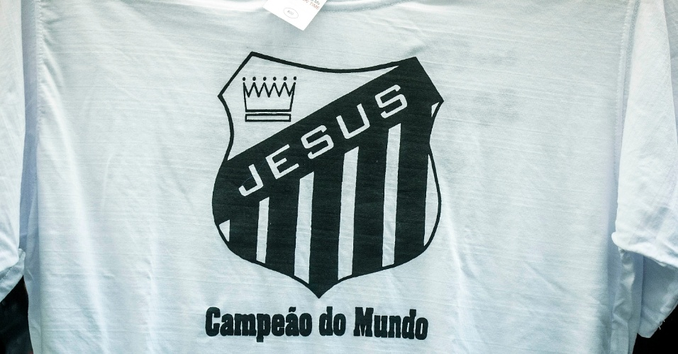 Camiseta com referência evangélica usa símbolo do Santos