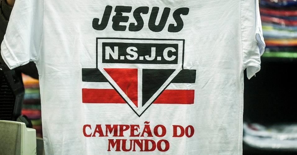 Camiseta com referência evangélica usa símbolo do São Paulo