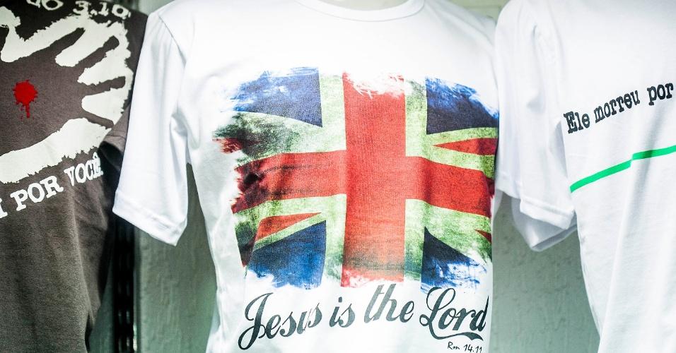 Camiseta tem estampa com bandeira do Reino Unido e mensagem religiosa em inglês