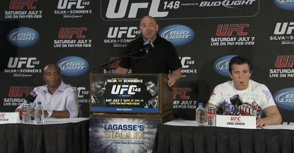 Dana White apresenta Anderson Silva e Chael Sonnen na coletiva do UFC 148, em Las Vegas