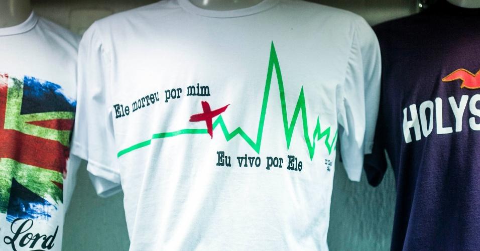 Estampa de camiseta evangélica faz referência à morte Jesus Cristo