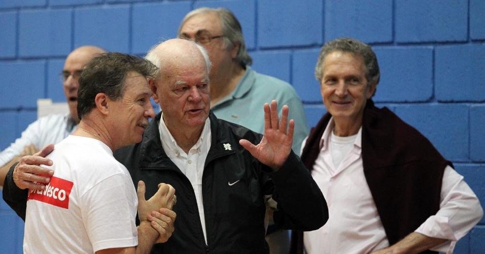 Ex-jogador Wlamir Marques conversa com o treinador da seleção brasileira Rubén Magnano