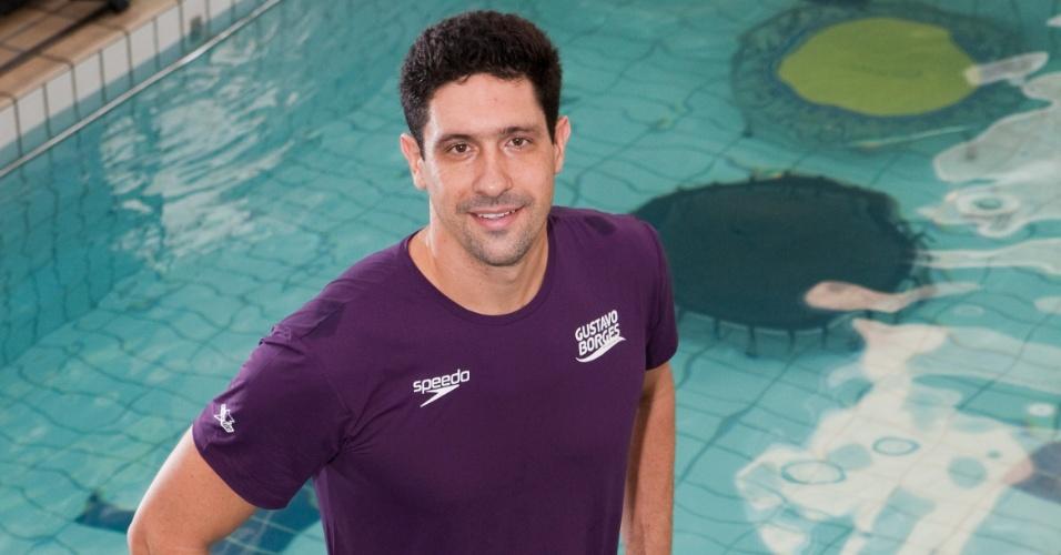 Gustavo Borges posa para fotos em uma de suas academias de natação