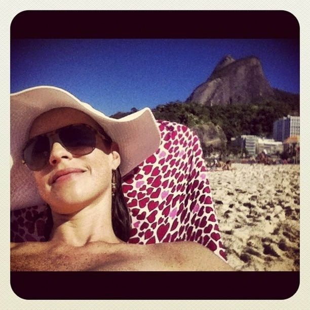 Luana Piovani divulga imagem em praia do Rio (3/7/2012)