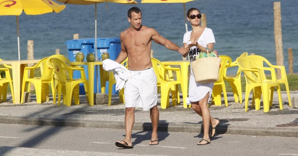 Malvino Salvador e Sophie Charlotte curtiram praia na zona oeste do Rio (3/7/12)