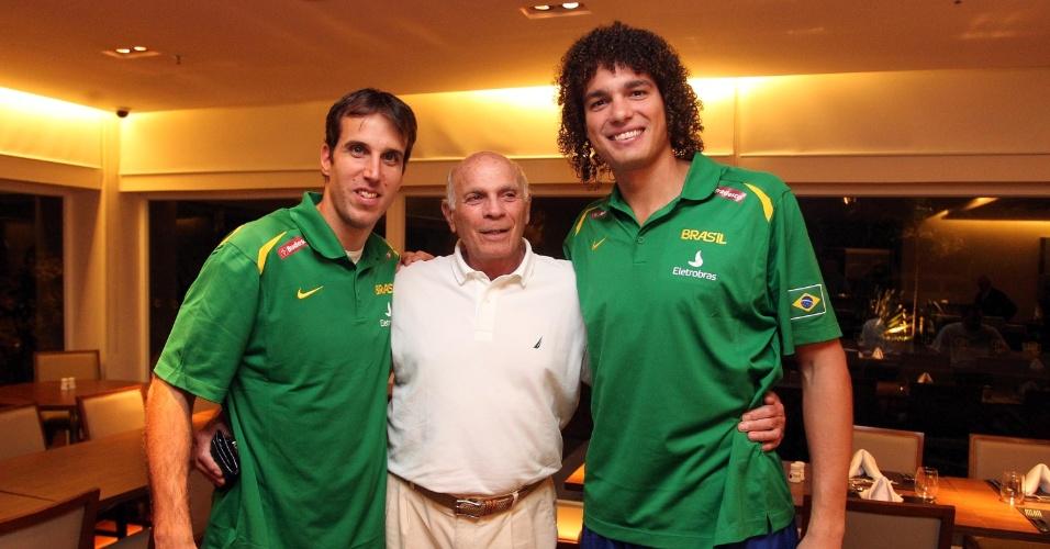 Marcelinho Machado e Anderson Varejão posam para foto com campeão mundial Amaury Pasos