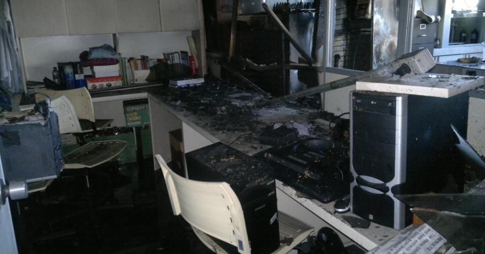 O prédio que abriga os 25 laboratórios do curso de farmácia da UFPR (Universidade Federal do Paraná) teve de ser fechado nesta segunda-feira (2) para que a Polícia Federal realizasse uma perícia para apurar as causas da explosão seguida de incêndio que em cerca de dez minutos destruiu uma das unidades, no sábado (30). As fotos, tiradas por uma professora da universidade, mostram como os laboratórios ficaram depois da explosão