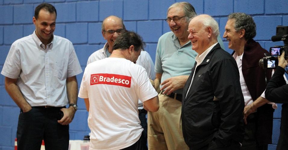 Rubén Magnano conversa com os campeões mundias de basquete durante treino da seleção