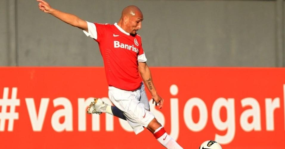 Volante Guiñazu prepara chute durante jogo Bahia x Internacional, pela 7ª rodada do Brasileirão