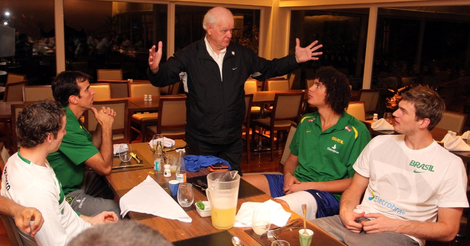 Wlamir Marques conversa com jogadores da seleção brasileira de basquete