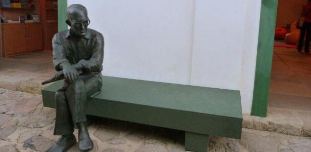 A réplica de Paraty da icônica estátua de Carlos Drummond de Andrade de Copacabana, no Rio - Reprodução/Facebook