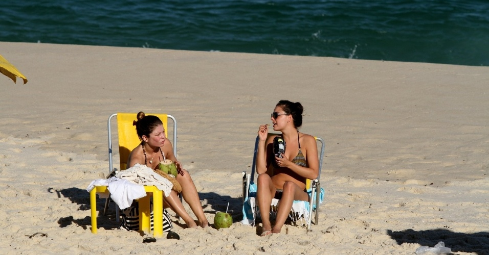 """As atrizes Isis Valverde e Bárbara Borges aproveitaram a quarta e foram à praia da Barra da Tijuca, zona oeste do Rio (4/7/12). Isis está no ar em """"Avenida Brasil"""". Ela interpreta a periguete Suelen"""