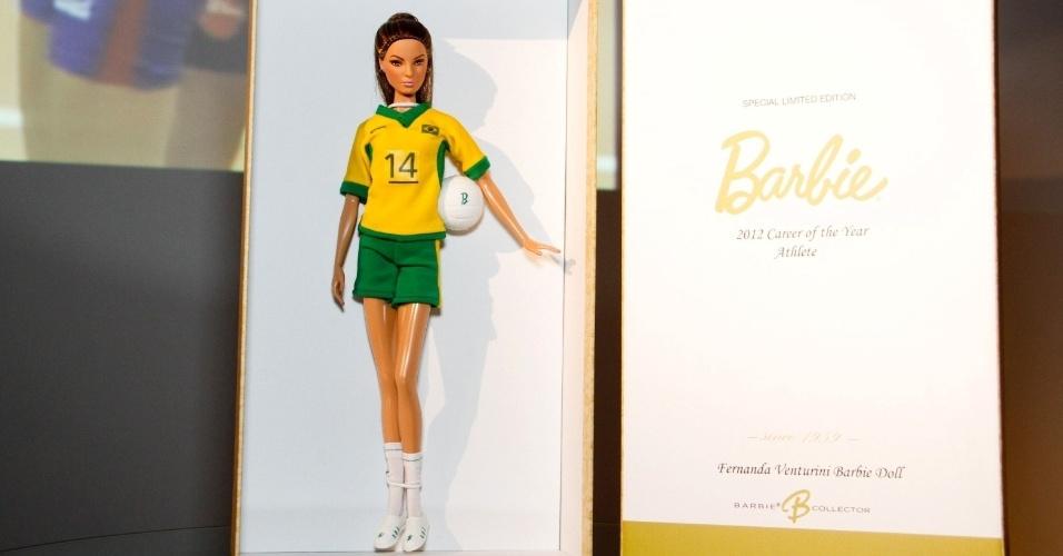 Assim como as bonecas Barbie, que sempre acompanham um acessório, a versão de Fernanda Venturini vem com uma mini bola de vôlei