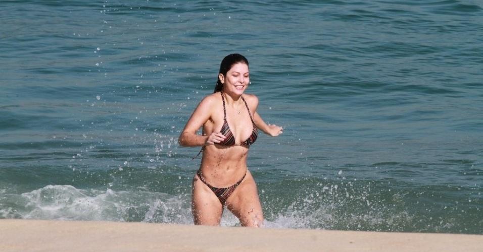 Bárbara Borges curtiu praia na Barra, zona oeste do Rio (4/7/12)