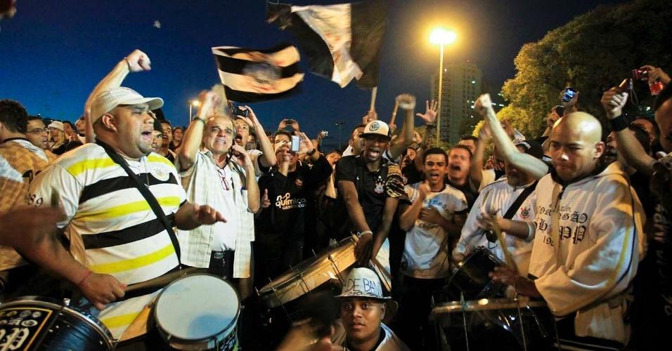 Bateria 'esquenta' torcedores do Corinthians do lado de fora do Pacaembu