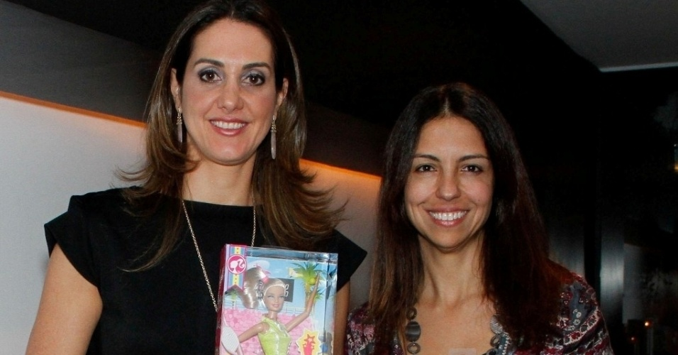 Fernanda Venturini posa ao lado de Isabel Patrão, diretora de marketing da Mattel do Brasil